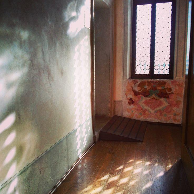 Luci ed ombre nei corridoi del #castello! #castelbrando #italy #castle #veneto