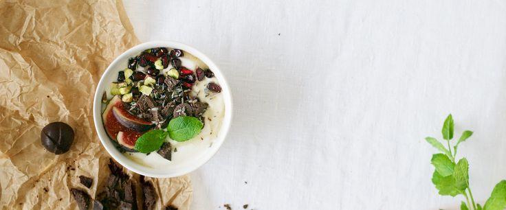 Maidoton jogurtti valmistuu kotioloissa vain kolmesta raaka-aineesta ja maistuu niin aamupalana, välipalana, smoothieissa kuin kakkujenkin täytteissä.