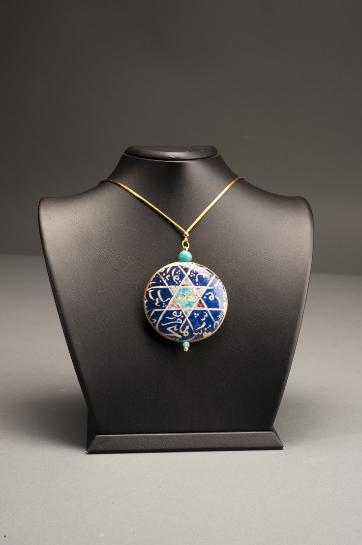 Suna ve İnan Kıraç Vakfı Kütahya Çini ve Seramikleri Koleksiyonu'ndan ilham alınarak tasarlanmış kolye | Necklace inspired by the Suna and İnan Kıraç Foundation Kütahya Tiles and Ceramics Collection.
