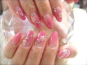 ピンクのグラデーション、風に舞い踊るような桜
