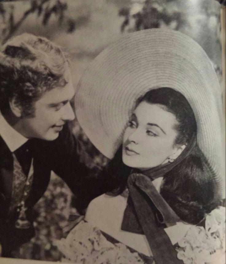 """Charles Hamilton ,de verlegen bewonderaar, tracht Scarlett """"aangenaam"""" bezig te houden Foto's uit de privé collectie Eddy Brunelli"""