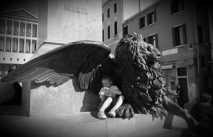 Gelato under the wings of a lion in Manin