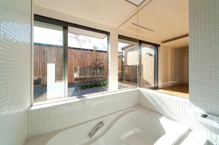 南浅田の家~大きな中庭のある家~の部屋 ガラス張りの浴室