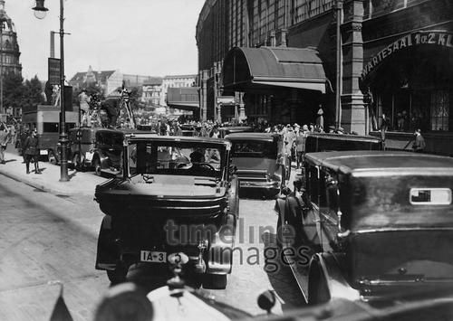 Kameramänner erwarten die Ankunft von Arthur Henderson, 1931 am Bahnhof Friedrichstrasse / Arthur Henderson war ein britischer Politiker. Er wurde 1934 mit dem Friedensnobelpreis für seine Arbeit als Vorsitzender der Genfer Abrüstungskonferenz ausgezeichnet. Berlin, 1931. o.p.