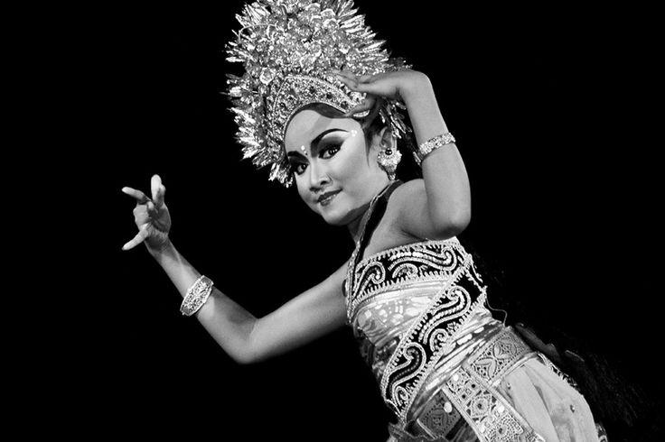 Sledet Pong dancer of Oleg Tamulilingan Dance