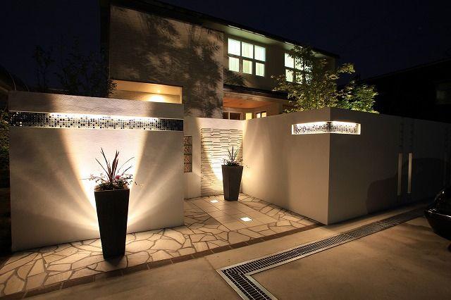 壁面の質感をいかし、美しく魅せるライティング。デザインを引き立たせる光の演出。 #LightingMeister #GardenLighting #OutdoorLighting #Exterior #Garden #Lightup #Design #Mosaic #魅せる #壁 #モザイク #美しい #デザイン