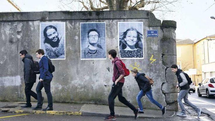 Près de 200 photos géantes d'habitants de Lodève, dans l'Hérault, ont été placardées dans les rues à la manière de l'artiste JR. Une façon pour eux de se réapproprier avec un peu d'humour et des sourires leur ville en déclin, où les usines et les commerces ferment les...