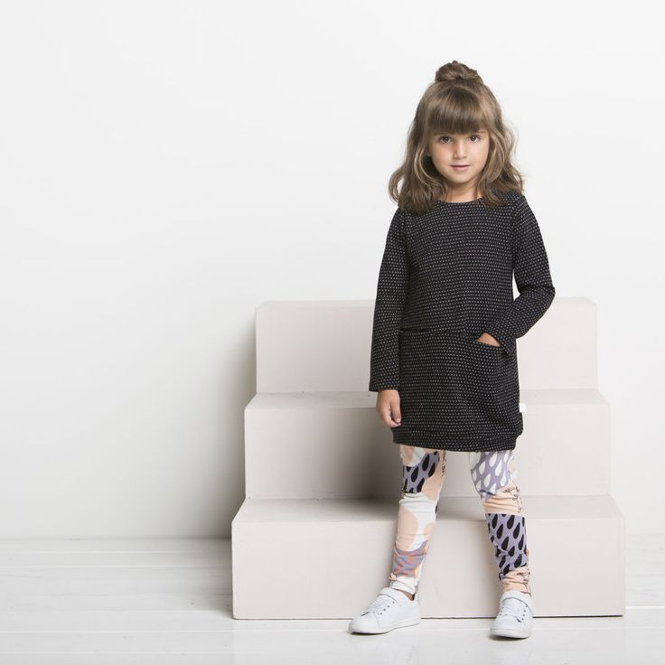 SILMU lasten neulostunika, musta - vanilja | NOSH verkkokauppa | Tutustu nyt lasten syksyn 2017 mallistoon ja sen uuteen PUPU vaatteisiin. Ihastu myös tuttuihin printteihin uusissa lämpimissä sävyissä. Tilaa omat tuotteesi NOSH vaatekutsuilla, edustajalta tai verkosta >> nosh.fi (This collection is available only in Finland)