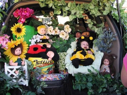 How sweet! A flower-themed trunk or treat with a baby bumblebee.