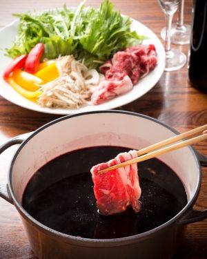 「ワイン鍋の牛しゃぶしゃぶ」ワインレッド色のスープ、見た目はインパクトがありますが、食べてみると、ワインのクセはほとんど消えていて、根菜と牛肉によく合います。記念日の鍋パーティーにぜひ。【楽天レシピ】