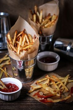 Crispy fries without all the guilt? Yep! These fries are tossed with garlic olive oil, baked and served with spicy sriracha ketchup.