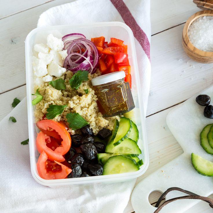 Dieser Quinoa-Salat Greek Style ist perfekt für deinen Meal Prep Plan: Bereite ihn heute zu und genieße die ganze Woche dein vegetarisches Mittagessen,