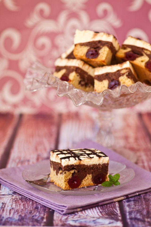 #przepis na ciasto fale Dunaju - dwukolorowe #ciasto z kremem, polewą czekoladową i wiśniami  http://pozytywnakuchnia.pl/fale-dunaju/  #kuchnia #wisnie #deser