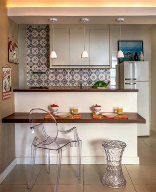 Papel de parede, luminarias e balcão de almoçar.
