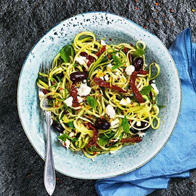 """Zoodles är """"nudlar"""" av zucchini. Snyggast blir de i en grönsakssvarv. Använd annars en osthyvel och hyvla zucchinin tunt – eller köp färdig zucchinipasta! Blanda dina zoodles med fetaost, oliver, soltorkade tomater, mynta och citron till en fräsch grekisk sallad."""