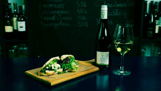 Enjoy a glass of SALTO Wild Yeast (Mavrofilero) native grape from Peloponissos wirh a chicken lemon chutney with horse radish!! #cinquewinebar #winebar #athens #winetasting #wine #winelover #nofilter #ilovegreekwine