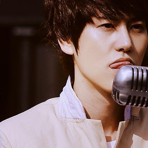 Men's Bathroom, Kyu's tongue~ omg this pic belongs here sooo much