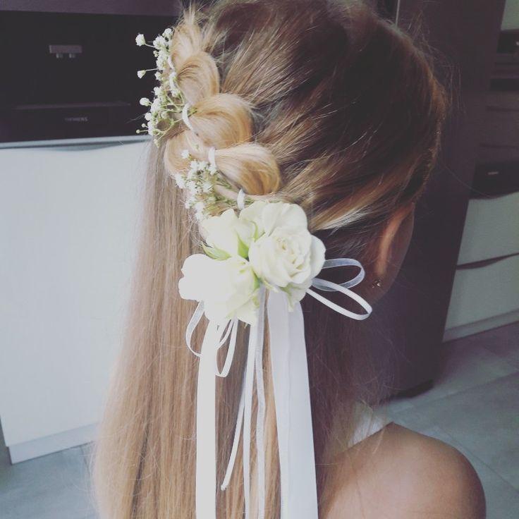 Kommunion Frisur Mädchen mit Blumen