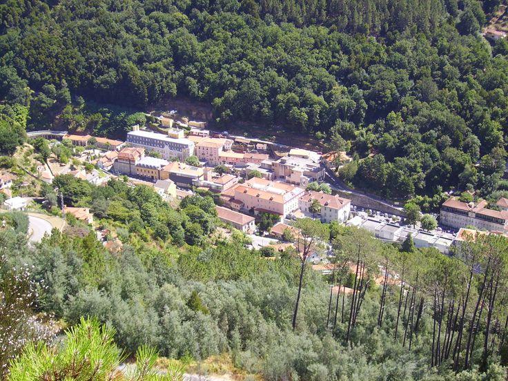 Looking down from the Top of Geres to the city. Vista de cima do monte para a cidade do Geres