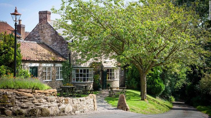 A pub in England comes out on top in TripAdvisor's annual readers' contest for world's best restaurant in 2017. Find out how the Black Swan did it.