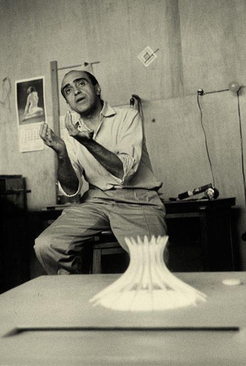 Oscar Niemeyer-dialogando sobre su excéntrica catedral y nótese las curvas femeninas que tanto gustaba él en la parte posterior de la foto