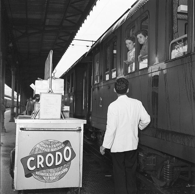 Treni a lunga percorrenza e servizio di ristoro in stazione by Ferrovie dello Stato , via Flickr