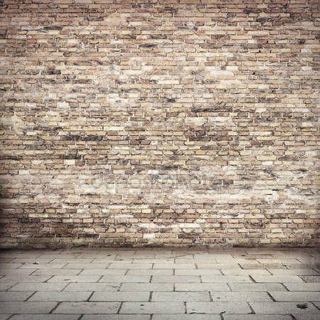 Downloaden - Grunge achtergrond, rode bakstenen muur textuur heldere gips muur en blokken weg stoep verlaten exterieur stedelijke achtergrond voor uw concept of project — Stockbeeld #23497677