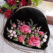 Купить или заказать Бархатная сумочка 'Виолет' в интернет-магазине на Ярмарке Мастеров. Сумочка в форме большого кошелька или косметички может послужить элегантным вечерним аксессуаром. Сумочка очень приятная на ощупь, выполнена из шелковистого коротковорсового бархата насыщенно-черного цвета. Вышивка атласными ленточками, лентами из органзы, цветы уплотнены, устойчивы к сминанию. Сумочка хорошо держит форму за счет уплотнения деталей дублерином.