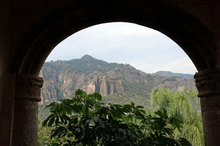 El misticismo de Tepoztlán fue atribuido desde épocas prehispánicas, la belleza de sus montañas erosionadas es arrobadora.