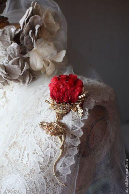 Купить или заказать Брошь ' А роза ...' в интернет-магазине на Ярмарке Мастеров. Вот такое создание родилось у меня, глядя на мои розы из сада..... Кажется, что она вот-вот распустится.... Ручная вышивка на натуральном шёлке. Использовала антикварную шелковую синель и современную шелковую синель, а так же - стразы, стеклярус, различные пайетки, шелковые нити, бисер, канитель, бусины. Хвостик и листик гибкие!!