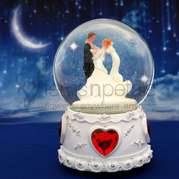 #SnowGlobe, one of the classic #ValentineGifts you can gift to your boyfriend or girlfriend.