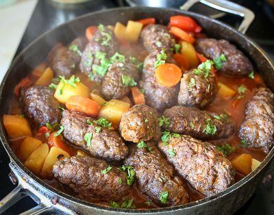 Кладем колбаски в соус