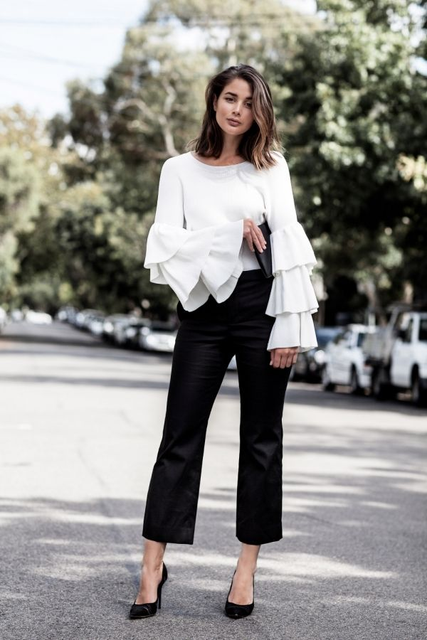 street style calça jeans cropped e maxi casaco preto