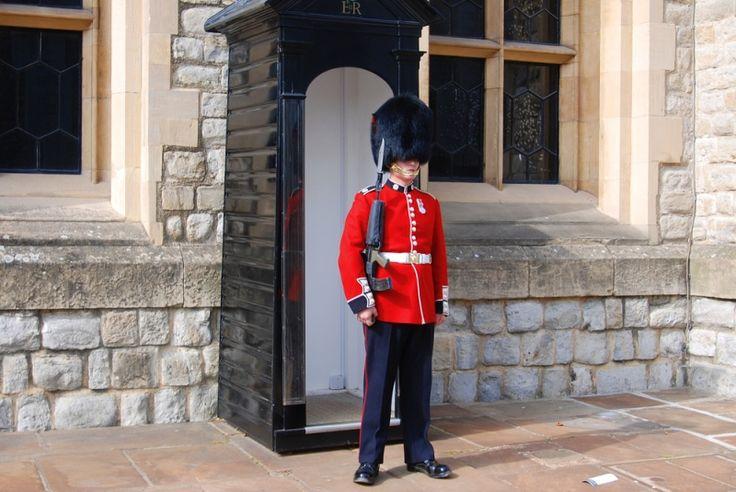 Bekijk de soldaten van de Queen's Guard die in hun zwart met rode uniformen en hoge zwarte bontmutsen Buckingham Palace bewaken. De bijzonder plechtige wisseling van de wacht is erg populair en een van de meest gefotografeerde ceremonies ter wereld. http://travelbird.nl/stedentrip/londen/ #TravelBird #Londen