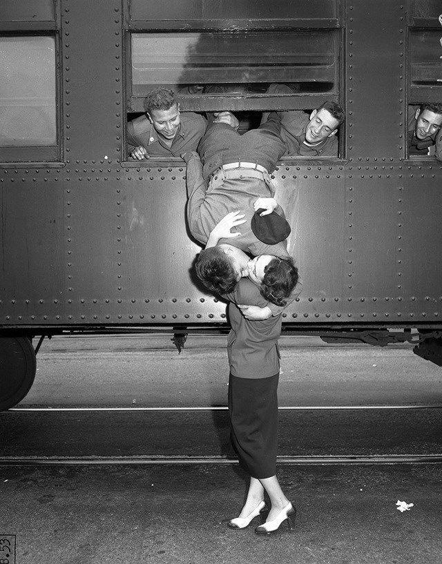 1. O último beijo de um casal apaixonado antes da partida do pelotão rumo à Guerra da Coreia, em 1950