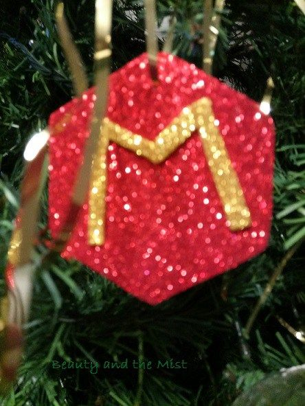 Do you remember myChristmas Balls with Glitter Foam Paper? As I like this material a lot for Christmas I made more ornaments for my Christmas tree.