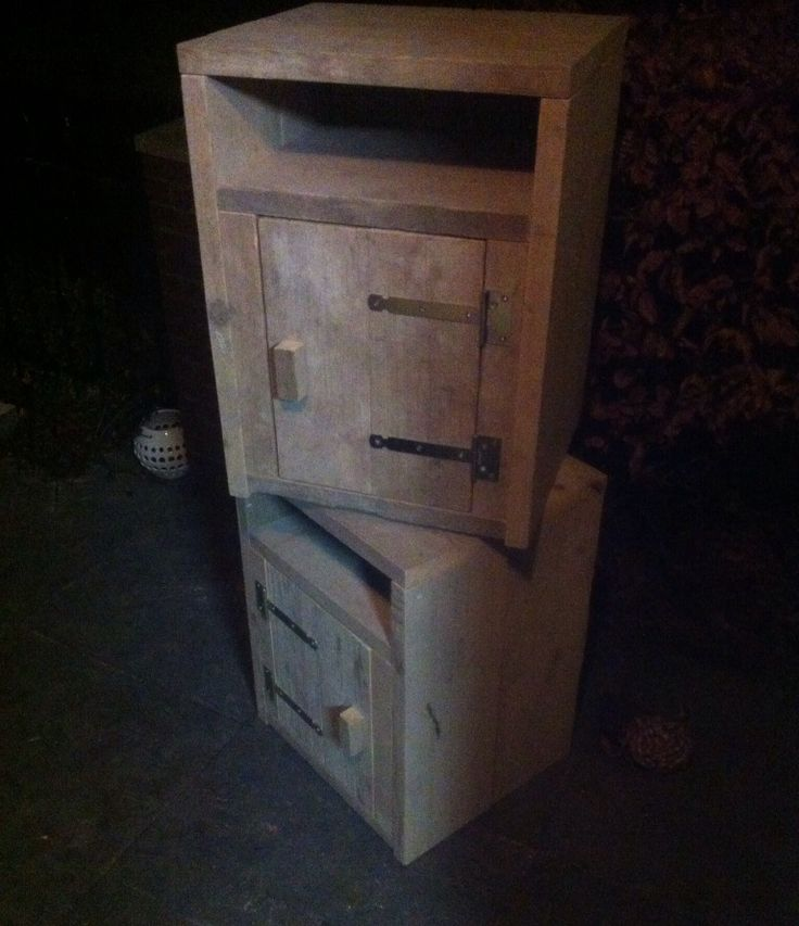Twee nachtkastjes gemaakt van steigerhout
