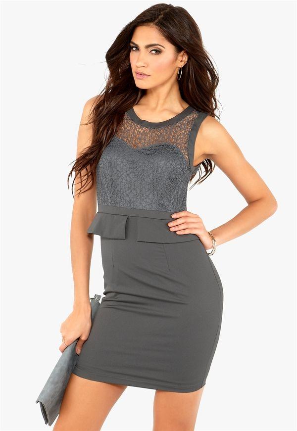Ivey Dress från VILA. Stilren klänning med vacker spets upptill från VILA. Klänningen har en volang i midjan och en dragkedja mitt bak. Klän...