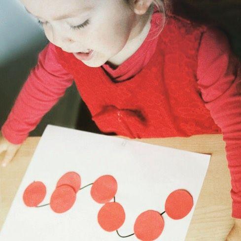 Korale z jarzębiny w wersji dla dwulatka - razem z szablonami na blogu :) #kreatywnazabawa #jesień #dzieciakiwdomu