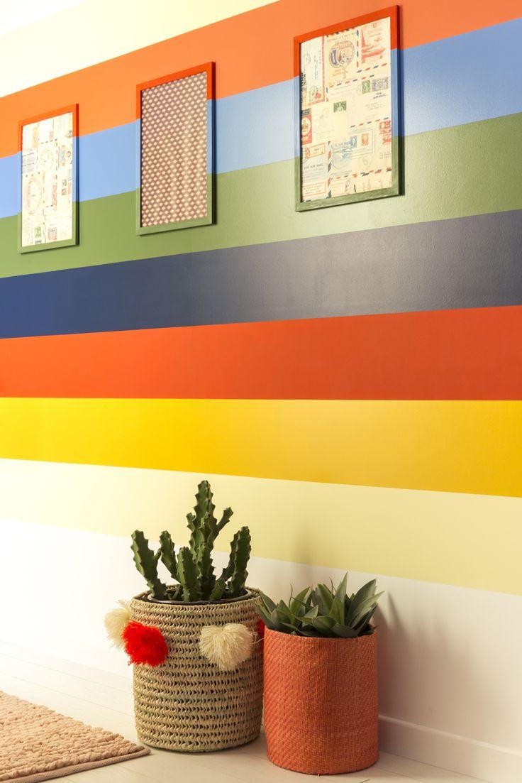 Votre couloir est long et étroit ? Profitez-en ! Les rayures horizontales enrichissent et rythment la perspective. La peinture satinée se déploie, au milieu du mur, en larges bandes de couleurs franches.   #leroymerlin #ideedeco #madecoamoi #colorfull