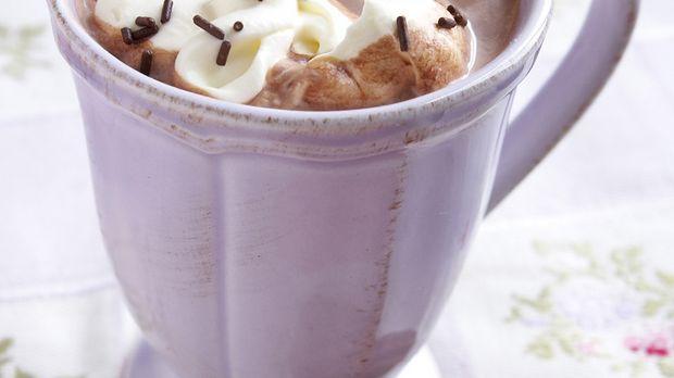 Eine Tasse heiße Schokolade mit Spritzgebäck
