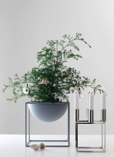 Grünpflanzen mit glänzenden Accessoires schmücken