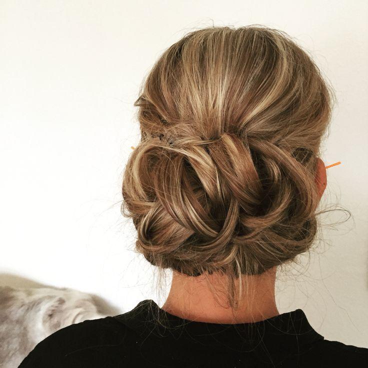 Low updo with curls on Cecilies at her wedding day.   En lav opsætning med krøller i Cecilies hår til hendes bryllup i weekenden.
