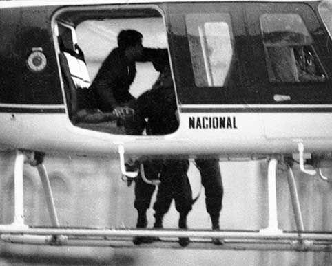 PALACIO DE JUSTICIA, 1985. 2:18 Agentes del GOES (Grupos de Operaciones Especiales) llegaron en helicópteros de la Policía a la terraza.