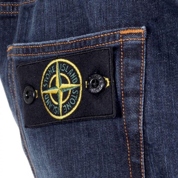 """Jeans Stone Island vennero apprezzati dai Paninari in quanto quel simbolo dell'isola di Pietra ricordava loro il Fronte della Gioventù, in anni in cui il movimento era tendenzialmente motivato dall'MSI.   Fantastic article about """"i Paninari"""" a fashion Style of the 80's in italy. http://www.glianni80.com/il-decalogo-del-paninaro/"""