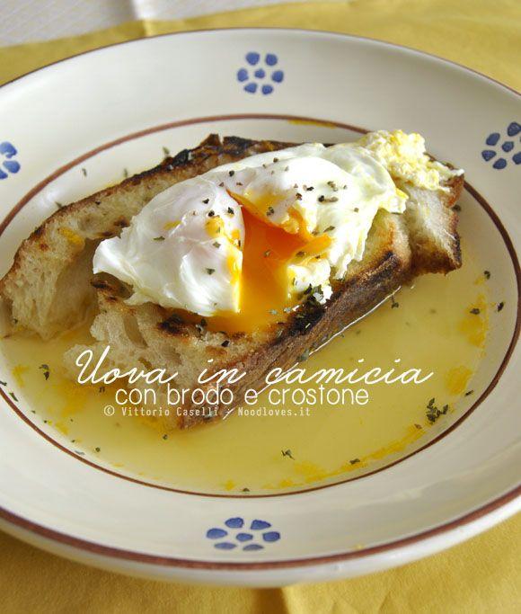 Una golosità che ricorda l'infanzia e i piatti poveri della tradizione: Uova in camicia con brodo vegetale e crostone di pane. Stupendo...!