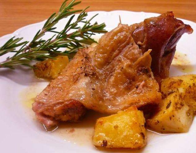 Ψητό της κατσαρόλας παραδοσιακό πιάτο στο Κυριακάτικο τραπέζι - Roast beef the Greek the traditional dish on Sunday table | Smile Greek
