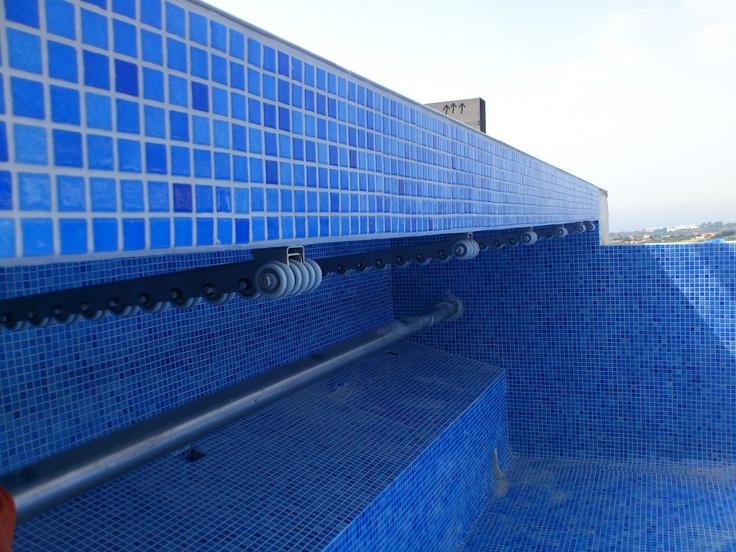 Ejemplo de piscina desbordante donde podemos observar el for Detalle constructivo piscina desbordante
