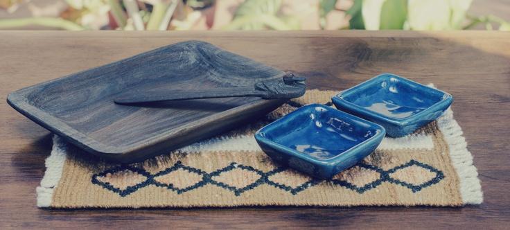 Dips de cerámica esmaltada. Tabla y untador de madera de palo santo. Camino de lana teñida con tintes naturales y tejida en telar. (Obra Inspiración Sustentable)