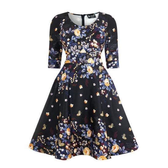 Lady V London Phoebe Winter Butterfly Šaty ve stylu 50. let. pro plnoštíhlé dámy. Naprosto jedinečné šaty, které prostě musíte mít! Nádherný vzor květin a motýlů na černém podkladě z vás vykouzlí královnu noci při tanci či jiné společenské události.  Příjemný pružný materiál (97% bavlna, 3% elastan), pohodlný střih s kulatým výstřihem, elegantní tříčtvrteční rukáv, v pase nejsou nabírané, ale příjemně projmuté, takže nepřidávají objem, ale perfektně sednou. Sukně je podšitá bavlněnou…